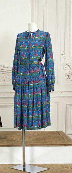 SAINT LAURENT rive gauche, circa 1975 /1978 Ensemble en soie imprimé à motif floral sur un fond bleu composé d'une blouse ras du cou, manches longues bouffantes, et d'une jupe à plis ouvert à partir des… - Cornette de Saint Cyr - 13/10/2015