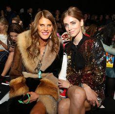 Chiara Ferragni y Anna Dello Russo en el desfile de Moschino La editora de moda y la Blogger no podían faltar en la primera fila del desfile de Moschino, marca en la que Jeremy Scott es director creativo.