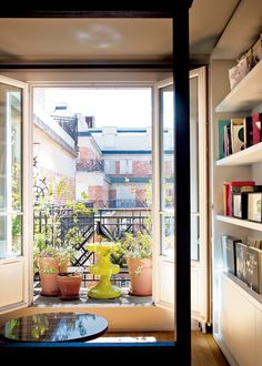 Un balcon verdoyant Classic Doors, Room Of One's Own, Deco Design, My Dream Home, Interior Decorating, Sweet Home, Home And Garden, Loft, House Design