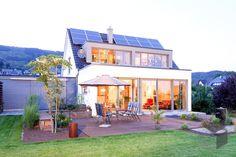 ➤ Auswahl von weiteren Plusenergiehäusern mit Preis findest Du direkt beim Klicken auf das Bild, sowie auf unserer Webseite ___ www.fertighaus.de ___ nachhaltig, Fertighaus, Haustypen, Hausbau, Massivhaus, Energie sparen, sparsam, geringer Energieverbrauch, Energiesparhaus, Plusenergie, Energie generieren