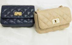 Lekker Chanel-type veske i beige og mørkeblå Continental Wallet, Chanel, Beige, Type, Fashion, Moda, Fashion Styles, Fashion Illustrations, Ash Beige