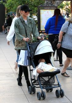 Chrissy Teigen Photos Photos - Model Chrissy Teigen was seen out with her mother and baby girl at the Easter Bunny House then shopping at the Grove in Hollywood, California on March 30, 2017. - Chrissy Teigen Takes Her Family On A Day Out In Hollywood