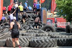 Über 600 Autoreifen wurden zu Hindernissen verbaut #strongmanrun #flachau