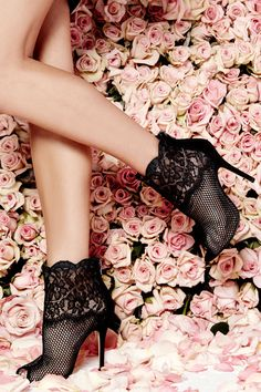 Chaussure noir fleurs #bottines #escarpins #chaussure #bottes #shoes #look #style #mode #tendance #fashion #myfashionlove www.myfashionlove.com