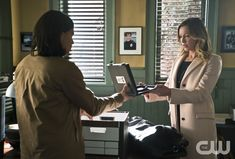 """The Flash -- """"Who is Harrison Wells?"""" -- Image FLA119B_0372b -- Pictured (L-R): Carlos Valdes as Cisco Ramon and Katie Cassidy as Laurel Lance -- Photo: Katie Yu /The CW -- © 2015 The CW Network, LLC. All rights reserved.pn"""
