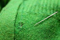 DIY - Masque : DIY Masques: Comment réparer un trou dans un vêtement en tricot. https://flashmode.be/diy-masque-diy-masques-comment-reparer-un-trou-dans-un-vetement-en-tricot/ #Masque