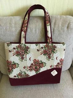 Wow check out this splendid photo - what a very creative version Diy Bags Purses, Fabric Purses, Fabric Bags, Quilted Tote Bags, Patchwork Bags, Denim Bag, Denim Jeans, Jute Bags, Bag Patterns To Sew