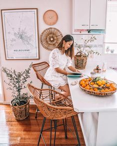 becuaituful home inspo, home inspiration, city map, boho rooms, living room Boho Kitchen, Kitchen Decor, Bar Stools Kitchen, Rattan Bar Stools, Bar Chairs, Office Chairs, Kitchen Ideas, Moderne Lofts, Home And Living
