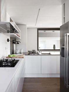 Interior : Astounding small modern classic white kitchen with elegant refrigerator and excellent kitchen set picture - a part of Beautiful Interior Design with Rich of Women Touches Dining Room Design, Kitchen Design, Kitchen Ideas, Classic White Kitchen, Modern Classic, Kitchen White, Appartement Design, Beautiful Interior Design, Classic Interior