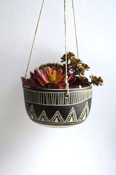T R I B A L: Jardinière suspendue en céramique par mbundy sur Etsy https://www.etsy.com/fr/listing/225047163/t-r-i-b-a-l-jardiniere-suspendue-en