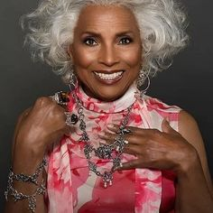 Grey White Hair, Silver Grey Hair, Grey Hair Bob, Beautiful Old Woman, My Black Is Beautiful, Grey Hair Journey, Silver Haired Beauties, Afro, Beauty And The Best