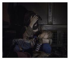 El fotógrafo sueco y dos veces ganador del premio World Press Photo,  Magnus Wennman, tomó fotos de refugiados sirios en campos de refugiados de Oriente Medio y también por las travesías hacia Europa, a donde se dirigen para huir del conflicto que no parece acabar. Su proyecto fotográfico Where the Children Sleep  (Donde duermen los niños) captura el sufrimiento que cientos de miles de niños sienten debido a la sangrienta guerra a la que están sometidos. Sham, 1, in Horgos, Serbia