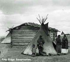 Fotografía de la reserva de PINE RIDGE,se puede apreciar que aunque se les hiciese cabañas dé madera ellos seguían con sus TIPIS,año 1895