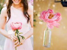 Pioenrozen kun je ook gebruiken als bruidsboeket of in vaasjes. Goedkope decoratie en super kleurrijk!