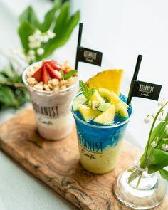 ในภาพอาจจะมี ผู้คนกำลังนั่ง, เครื่องดื่ม และสถานที่ในร่ม Smoothie Shop, Matcha Smoothie, Fruit Smoothies, Dessert Drinks, Drink Menu, Food And Drink, Milk Shakes, Restaurant Menu Design, Alcohol Drink Recipes