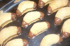 Lekkere Marokkaanse koekjes die zoet van smaak zijn. Eenvoudig te maken en de presentatie is een lust voor het oog. De vorm van een halve maan is ook heel apart. Deze koekjes zullen niet echt lang duren, maar mocht er toch nog wat overblijven, kunnen ze... Cookie Desserts, Cookie Recipes, Moon Cookies, Iftar, Pretzel Bites, Eid, Baking Recipes, Ethnic Recipes, Moroccan