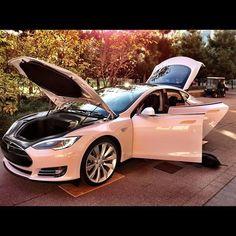 """La #Tesla a une quantité folle de l'espace de stockage avec un tronc énorme et une très grande """"Frunk"""". En outre, si vous aviez les clés dans votre poche et approchiez la voiture, les poignées de porte se présenteraient à vous et faites-le glisser hors de la voiture."""