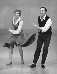 Julie Andrews and Gene Kelly playing a tap dance game on her show in 1965 [x] Golden Age Of Hollywood, Vintage Hollywood, Classic Hollywood, Hollywood Stars, Julie Andrews, Shall We Dance, Lets Dance, Franck Sinatra, Fred Astaire