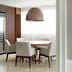 Sala de almoço l Cadeiras estofadas com braço, lustre e mesa redonda, deixou esta composição sofisticadíssima! ...