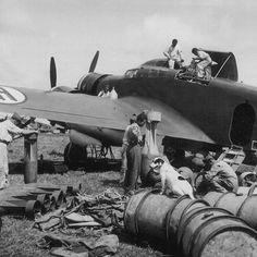 Specialisti al lavoro su un SIAI S.79