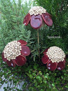 Handgetöpferte Blüten im Set 3 - teilig, als Stecker in Blumentöpfe oder zwischen filigrane Gräser. Durchmesser ca. 9 cm , Höhe ca. 6 cm.    Unregelmäßigkeiten in Form und Farbe sind Zeichen...