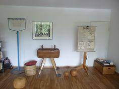 Wohnen mit Vintage Sportgeräten, Sportmöbel, Turnmöbel, Pauschenpferd, Turnpferd, Turnbock Turnkasten, Kartenständer