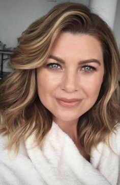 #ellenpompeo Messy Bob Hairstyles, Haircuts For Wavy Hair, Daily Hairstyles, Short Hairstyles For Women, Ellen Pompeo, Medium Hair Cuts, Short Hair Cuts, Peinados Pin Up, Business Hairstyles