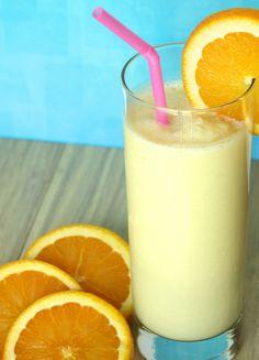 Delicioso smoothie de piña y naranja ideal para disfrutarlo en verano ya que es refrescante. Con esto fomentarás el consumo de frutas en tu familia.