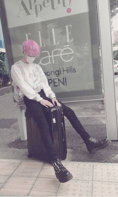 Not really pastel goth, but he's so cute. Korean Aesthetic, Aesthetic Boy, Aesthetic Grunge, Aesthetic Fashion, Aesthetic Clothes, Aesthetic Pastel, Boys Beautiful, Pretty Boys, Cute Boys