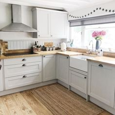 Complement the classic Shaker design of our cabinets with elements that echo a traditional kitchen, like an oak block worktop and wooden… Open Plan Kitchen Living Room, Home Decor Kitchen, Kitchen Furniture, New Kitchen, Kitchen Ideas, Howdens Kitchens, Home Kitchens, Country Kitchens, Modern Kitchens