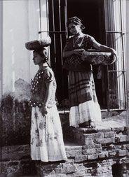 Tina Modotti (1885-1942), Dos tehuanas con jicalpextle, s/f, Plata sobre gelatina, 21,2 x 15,6 cm, © Museo Nacional de Arte, INBA.