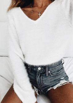 Cute sweater! Casual and stylish outfit ideas for fashionable women.
