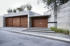 Browse images of modern Houses designs by Landa Suberville. Find the best photos for ideas & inspiration to create your perfect home. Design Exterior, Garage Design, Modern Exterior, Door Design, Contemporary Architecture, Architecture Design, Concrete Houses, House Entrance, Facade House