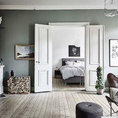 Balance and harmony on Monday with this Swedish flat with green accents.  @fotografanders / @malinsimsoninterior @entrancemakleri #swedishapartment #greenwall #kakelugn