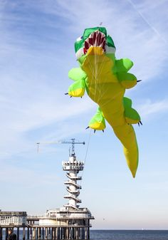 Vlieger in vorm van krokodil boven strand Scheveningen - dit weekend vliegerfestival 28/9 29/9  foto: Celiphoto.nl)