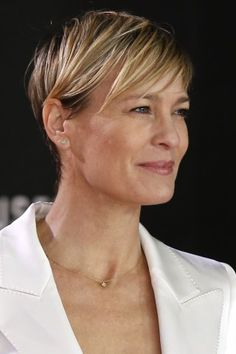 Robin Wright for Leisa Celebrity Pixie Cut, Celebrity Short Haircuts, Celebrity Beauty, Hair Color For Fair Skin, Cool Hair Color, Robin Wright Haircut, Pixie Hairstyles, Cool Hairstyles, Short Hair Cuts