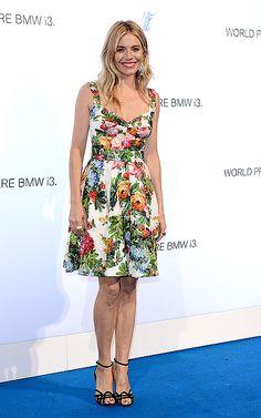 SIENNA MILLER  La actriz optó por un vestido Dolce & Gabbana con estampados florales para asistir a la fiesta de lanzamiento en Londres del nuevo automóvil eléctrico i3 de la BMW. Remató su look con unas sandalias negras atadas al tobillo y maquillaje muy natural.