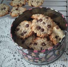 """Kokosowo- owsiane ciasteczka na bazie białek. Oryginalny przepis pochodzi z książki """" Pyszne do pudełka """" autorstwa Grażyny Bober - Bruijn. Kredowa okładka, piękne zdjęcia i proste przepisy. Ciast..."""