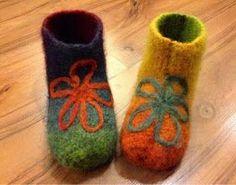Huovutetut tossut Felt Shoes, Baby Shoes, Knitting Socks, Felt Crafts, Knitting Patterns, Barn, Slippers, Crochet, Kids