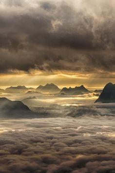 Power of Light by Kedofoto via 500px. Grau-Gelb über den Wolken