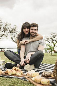Retrato de la joven pareja sonriente en picnic en el parque Foto gratis