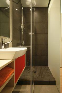 #Interior design baño minimalista La zona de ducha se revistió con piezas de gres porcelánico de gran formato, y en el suelo de la ducha se colocó un mosaico de gres. Y el resto de la pared del baño se trato con microcemento