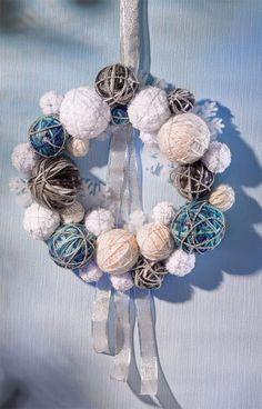 différentes couleurs de laine + boules en polystyrène, + épinglant la laine.+ cordelette pailletée enroulée sur quelques boules ; enroulez toutes les autres de fil à crocheter en lurex. A l'aide d'un compas, dessinez un cercle de Ø 30 cm sur du papier et agencez sur celui-ci les différentes boules recouvertes de laine. tiges de fixation à la longueur nécessaire et servez-vous en pour relier les boules de laine+ les coller entre elles. + ruban