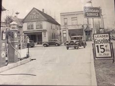 where was this photo taken and when? Old Pictures, Old Photos, Vintage Photos, Pompe A Essence, Old Gas Pumps, Oil Service, Old Gas Stations, Filling Station, Bus Station