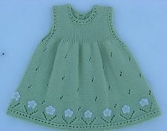 Vestido para niña, tejido con dos agплаььн Платье для девоски ujas, calado, con aplicaciones de flores tejidas a crochet, en el ruedo. Baby Knitting Patterns, Knitting For Kids, Baby Patterns, Free Knitting, Knit Baby Dress, Knitted Baby Clothes, Shrug Pattern, Baby Pullover, Baby Girl Dresses