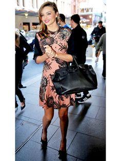 ミランダ・カーのトロピカルな夏ドレスは「プラダ」