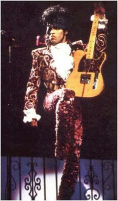 Baddest pics of Prince playing guitar. Popular Worship Songs, Divas, The Artist Prince, Prince Purple Rain, Paisley Park, Roger Nelson, Prince Rogers Nelson, Dearly Beloved, Purple Reign
