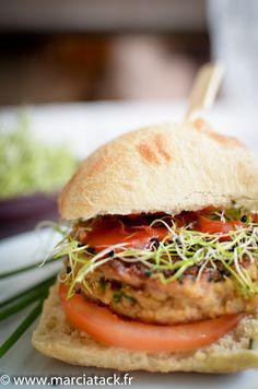 Burger au haché de thon fait-maison et graines d'ail germées via @marciatack Pizza Buns, Lunch Meal Prep, French Food, Salmon Burgers, Healthy Life, Sandwiches, Good Food, Veggies, Healthy Recipes