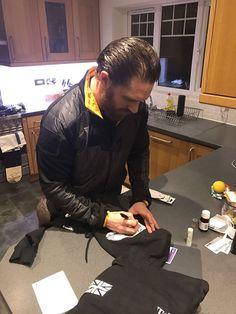 Tom Hardy firma le felpe personalizzate di per il cast di Taboo fatte apposta da @Platatac per una buona causa! Un'asta del 6 febbraio per supportare @HelpforHeroes, le foto sono state postate il 7 aprile dalla pagina ufficiale Facebook Platatac https://www.facebook.com/pg/PLATATAC/photos/…  #tomhardy #platatac #helpforheroes