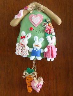 Casinha de coelho com família feliz para enfeitar a porta: